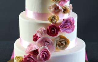 Wedding cake écru, guirlande roses anglaises